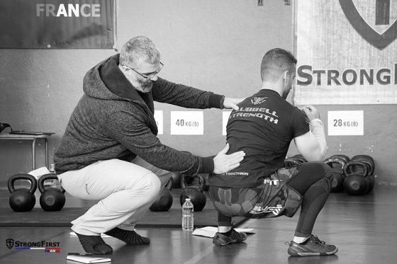 StrongFirst, école de force - travail de mobilité lors de la certification SFG 1 à Paris